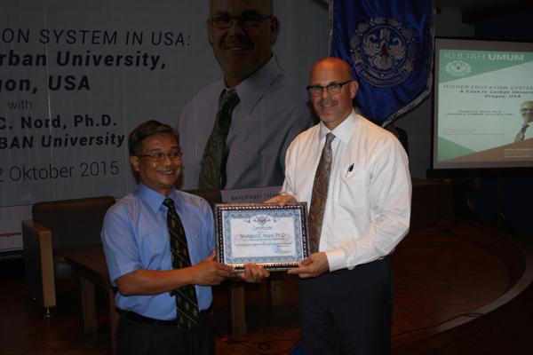 Prof Asef menyerahkan plakat ke rektor coban as